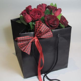 Red roses in a Paper bag / Κοκκινα τριανταφυλλα μεσα σε χαρτινη τσαντα